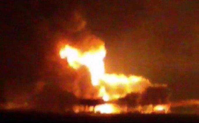 Ngọn lửa khổng lồ nhấn chìm dàn khoan dầu Abkatun Permanente ở Vịnh Mexico hôm 1-4. Ảnh: AP