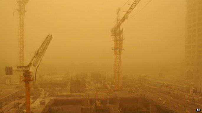 Đường chân trời nổi tiếng ở Dubai biến mất trong bão cát. Ảnh: AP