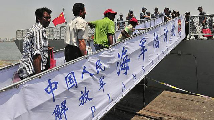 Tàu Trung Quốc sơ tán công dân nước ngoài khỏi Yemen hôm 2-4. Ảnh: Reuters