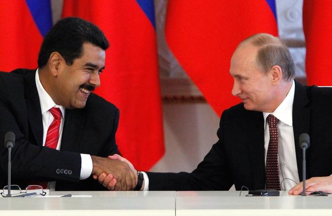 Tổng thống Venezuela Nicolas Maduro (trái) bắt tay Tổng thống Nga Vladimir Putin trong chuyến thăm Moscow tháng 7-2013. Ảnh: Reuters