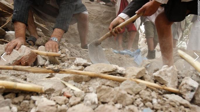 Người dân đào bới tìm người sống sót sau một cuộc không kích của liên minh Ả Rập tại một ngôi làng gần thủ đô Sanaa. Ảnh: AP