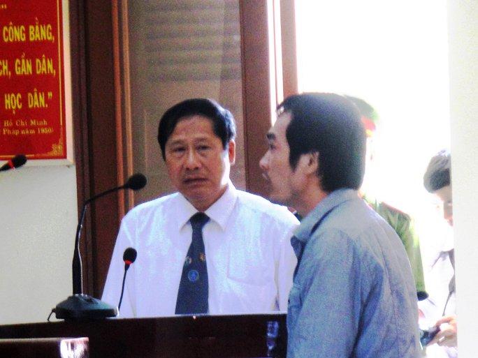 LS Nguyễn Văn Thắng (áo trắng) và bị cáo Nguyễn Thân Thảo Thành tại phiên tòa