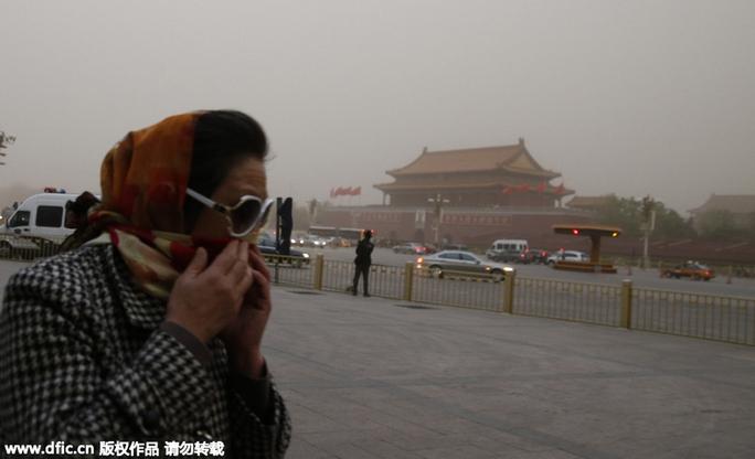 Bão cát ập vào thủ đô Bắc Kinh, vốn có tình trạng ô nhiễm không khí nặng nề. Ảnh: China Daily