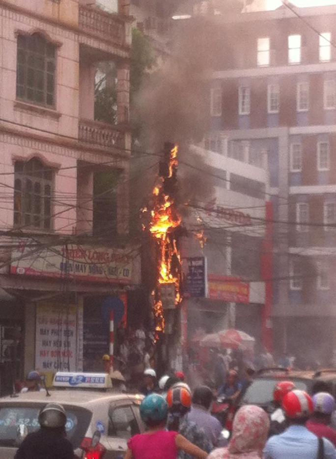 Cột điện bỗng nhiên bốc cháy dữ dội giữa phố đông người