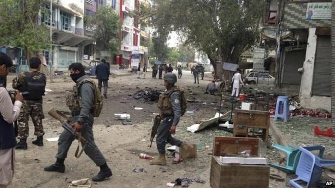 Hiện trường vụ đánh bom tự sát bên ngoài một ngân hàng ở TP Jalalabad, miền Đông Afghanistan hôm 18-4. Ảnh: AP