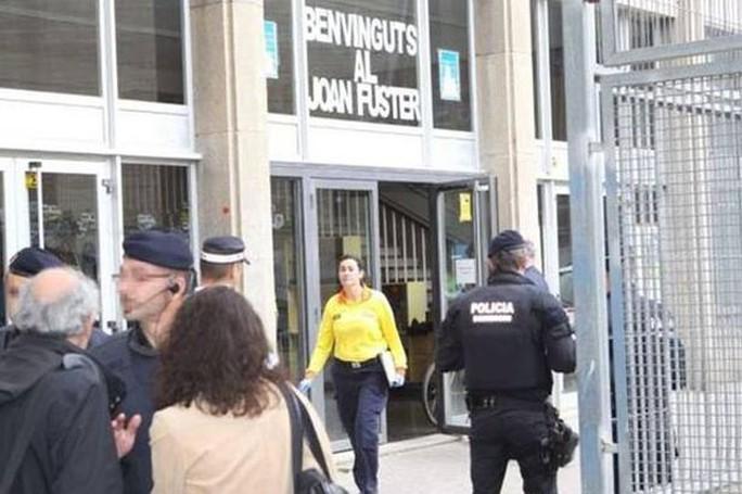 Trường trung học Joan Fuster, nơi xảy ra vụ nam sinh dùng nỏ bắn chết thầy giáo. Ảnh: Mirror