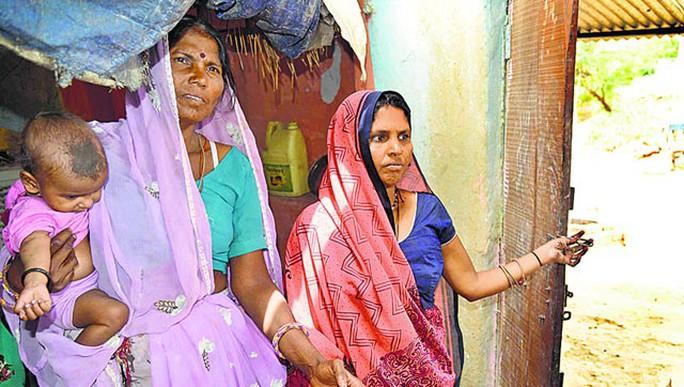 Cô Mamta Bai (phải) và mẹ chồng Moni Bai. Ảnh: Hindustan Times