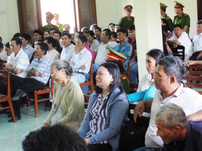 Bà Ngô Thị Tuyết bật khóc với mức án dành cho các bị cáo tại phiên tòa sơ thẩm lần 2