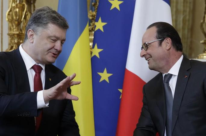 Tổng thống Pháp Francois Hollande (phải) với người đồng cấp Ukraine Petro Poroshenko tại Điện Élysée hôm 22-4. Ảnh: AP
