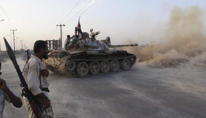Xung đột tiếp diễn ở thành phố cảng Aden. Ảnh: Reuters