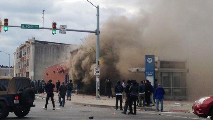 Bạo động bùng phát ở Baltimore hôm 27-4. Ảnh: AP