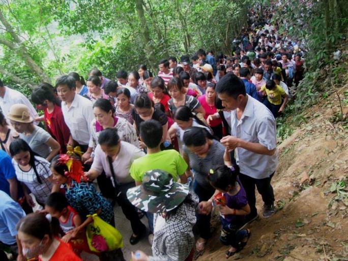 Hàng chục vạn người nhích từng bước trên đường lên dâng hương Vua Hùng