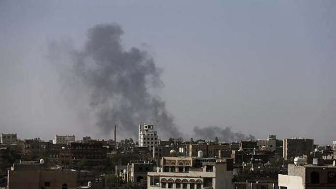Khói bốc lên từ sân bay quốc tế Sanaa hôm 28-4. Ảnh: Reuters