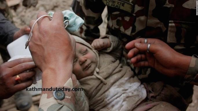 Bé trai 4 tháng tuổi vừa được quân đội Nepal cứu sống. Ảnh: Kathmandu Today