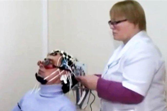 """Các nhà khoa học đang kiểm tra não một người mắc chứng bệnh """"công chúa ngủ trong rừng"""". Ảnh: Siberian Times"""