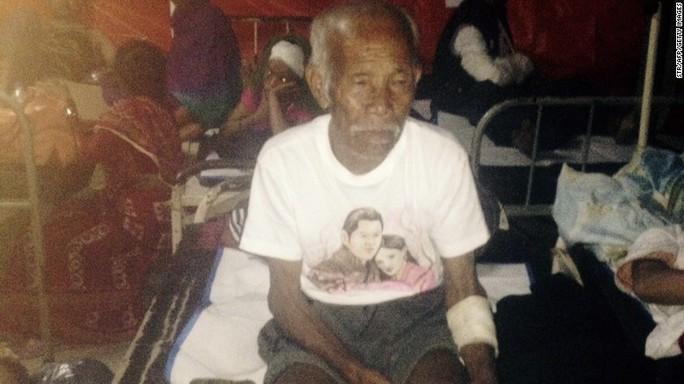 Cụ ông Fangshu Tamang nằm tại bệnh viện sau khi được cứu sống. Ảnh: CNN