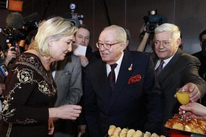 Bà Marine Le Pen (trái) trong một cuộc gặp gỡ cha mình, ông Jean-Marie Le Pen năm 2012. Ảnh: Reuters