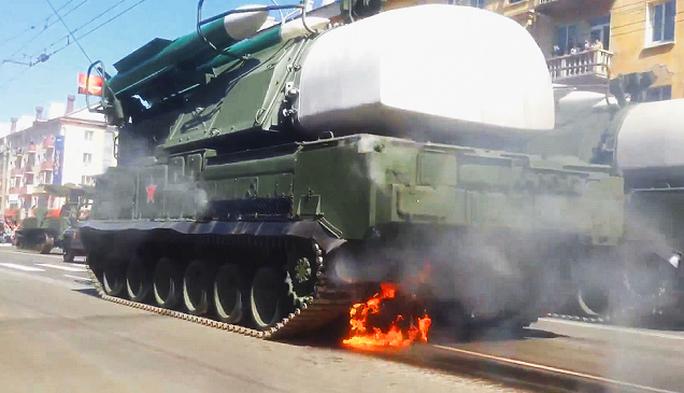 Bệ phóng tên lửa Buk bốc cháy ở phần động cơ trong lễ duyệt binh. Ảnh: Youtube