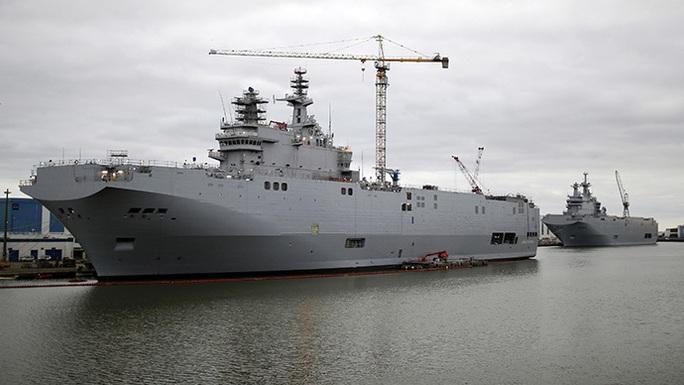 Hai tàu sân bay trực thăng lớp Mistral Sevastopol (trái) và Vladivostok đậu tại xưởng đóng tàu ở Saint-Nazaire, miền Tây nước Pháp. Ảnh: Reuters
