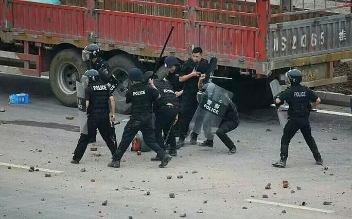 Cảnh sát dùng dùi cui trấn áp người biểu tình. Ảnh: Telegraph