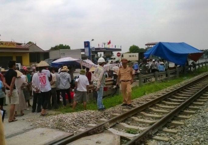 Hiện trường vụ tai nạn khiến 2 người đàn ông bị tàu hỏa tông chết