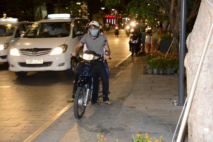 Nhiều trường hợp đậu xe không đúng quy định, sau khi thấy Phóng viên chụp hình thì vội vàng lái xe bỏ đi. - Ảnh: Thăng Bình