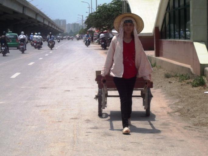 Một phụ nữ phải làm việc trong thời tiết nắng gay gắt