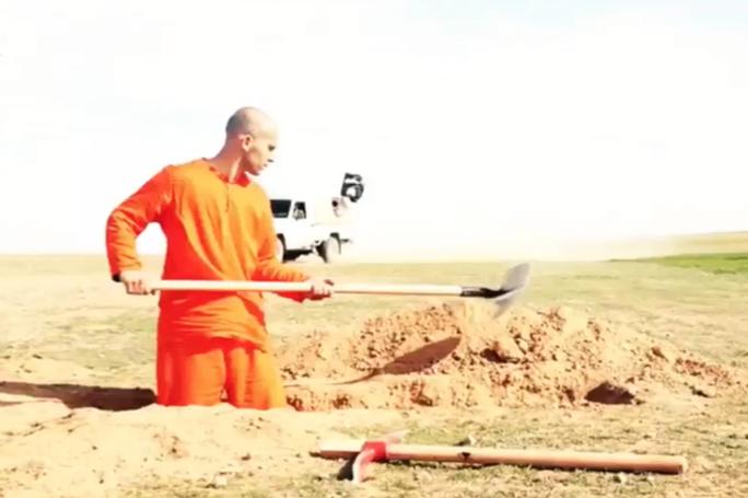 Tarek dùng xẻng và búa chim để đào huyệt. Ảnh: Daily Record