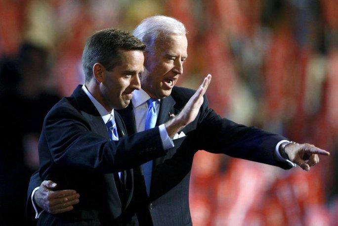 Phó Tổng thống Mỹ Joe Biden (phải) và con trai Beau năm 2008. Ảnh: Reuters