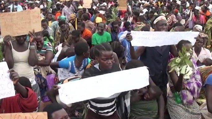 Dân làng Apaa biểu tình phản đối chính quyền địa phương trong một vụ tranh chấp đất đai. Ảnh: BBC