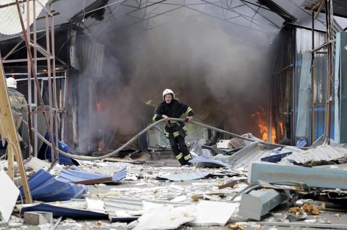 Khu vực gần Donetsk trúng đạn pháo hôm 3-6. Ảnh: Reuters