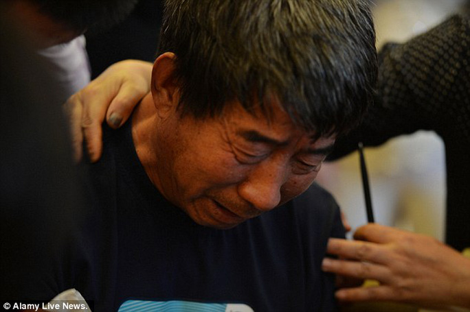 Ông Wu Jianqiang khóc hết nước mắt chờ tin người vợ thân yêu. Ảnh: Alamy Live news