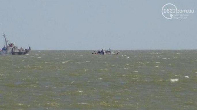Tuần tàu tra Ukraine (phải) bị đánh thuốc nổ và chìm dần. Ảnh: Twitter