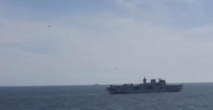 Hai máy bay Nga lượn trên dầu tàu chiến Mỹ trong cuộc tập trận BALTOPS 2015. Ảnh: Youtube