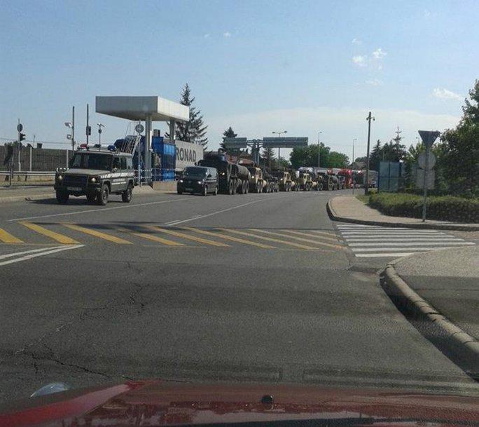 Đoàn xe di chuyển ở biên giới Hungary-Ukraine. Ảnh: Karpathir