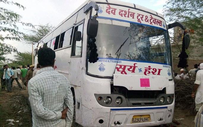 Chiếc xe buýt bị điện giật ở quận Tonk, bang Rajasthan - Ấn Độ. Ảnh: PTI