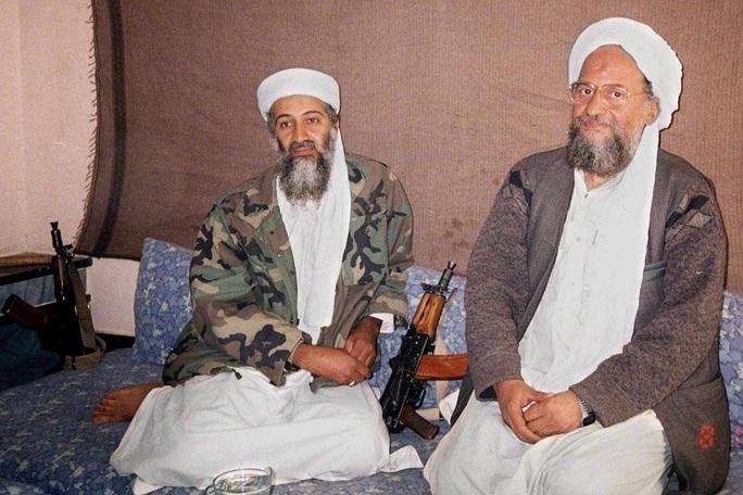 Osama Bin Laden (trái) trong một khoảnh khắc đời thường trước khi bị đặc nhiệm Mỹ giết chết. Ảnh: Aljazeera