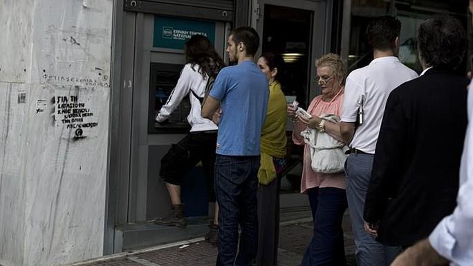 Người dân Hy Lạp chờ rút tiền ở các cây ATM của Ngân hàng Nhà nước hôm 19-6. Ảnh: AP