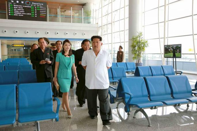 Lãnh đạo Kim Jong-un và phu nhân đến thăm săn bay mới được hoàn thành. Ảnh: KCNA