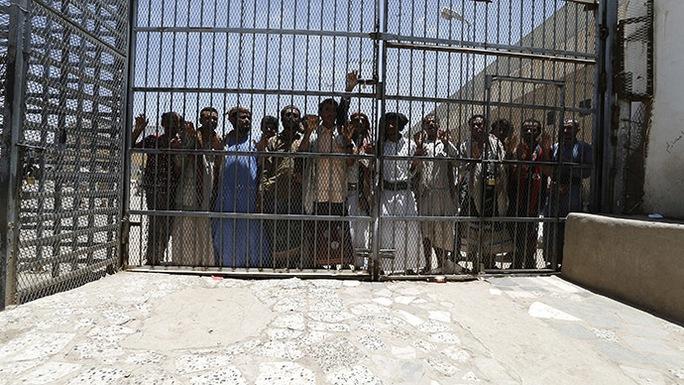 Một trại tù ở Yemen. Ảnh: Reuters
