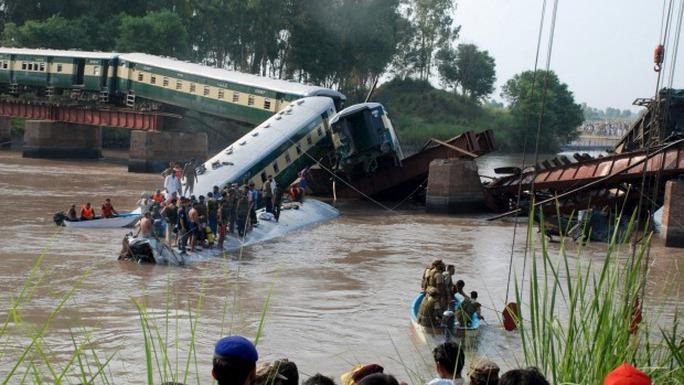 Tàu lửa chở quân đội Pakistan lao xuống kênh hôm 2-7. Ảnh: Reuters