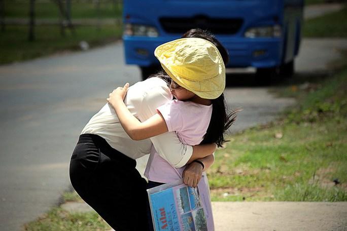 Hai chị em thí sinh Mỹ Linh ôm chầm khi nhìn thấy nhau trong sân trường