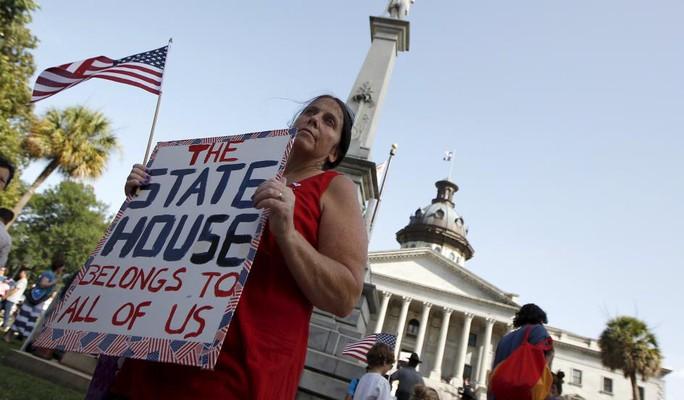 Người biểu tình phản đối cờ Confederate ở TP Columbia hôm 4-7. Ảnh: Reuters