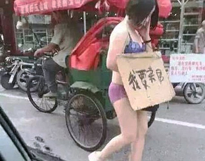 Wang Ni bị chồng ép mặc đồ lót đi bộ ngoài phố. Ảnh: Daily Mail