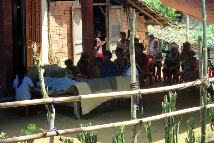 Hàng xóm đến chia buồn cùng gia đình cháu Hồ Thị Thu Huyền.