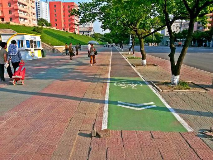 Làn đường xe đạp ở thủ đô Bình Nhưỡng. Ảnh: Reuters