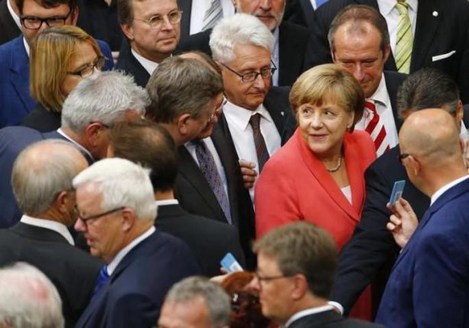 Thủ tướng Đức Angela Merkel (áo đỏ) tới Hạ viện bỏ phiếu hôm 17-7. Ảnh: Reuters