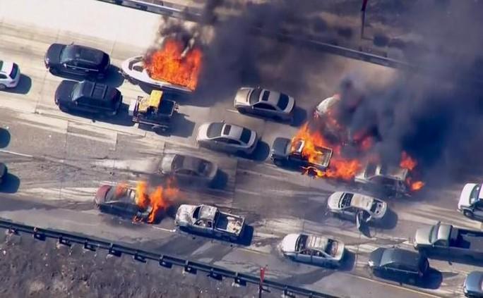 Ngọn lửa bùng lên ở đèo Cajon, dọc đường cao tốc liên bang số 15 đoạn giữa Nam California và TP Las Vegas. Ảnh: Reuters