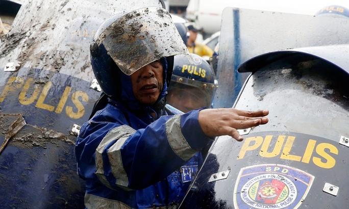 Cảnh sát chống bạo động  Philippines bên ngoài Hạ viện hôm 27-7. Ảnh: Reuters