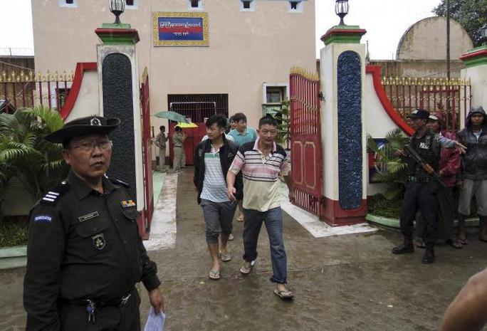 Những công dân Trung Quốc được phóng thích khỏi nhà tù TP Myitkyina hôm 30-7. Ảnh: Reuters